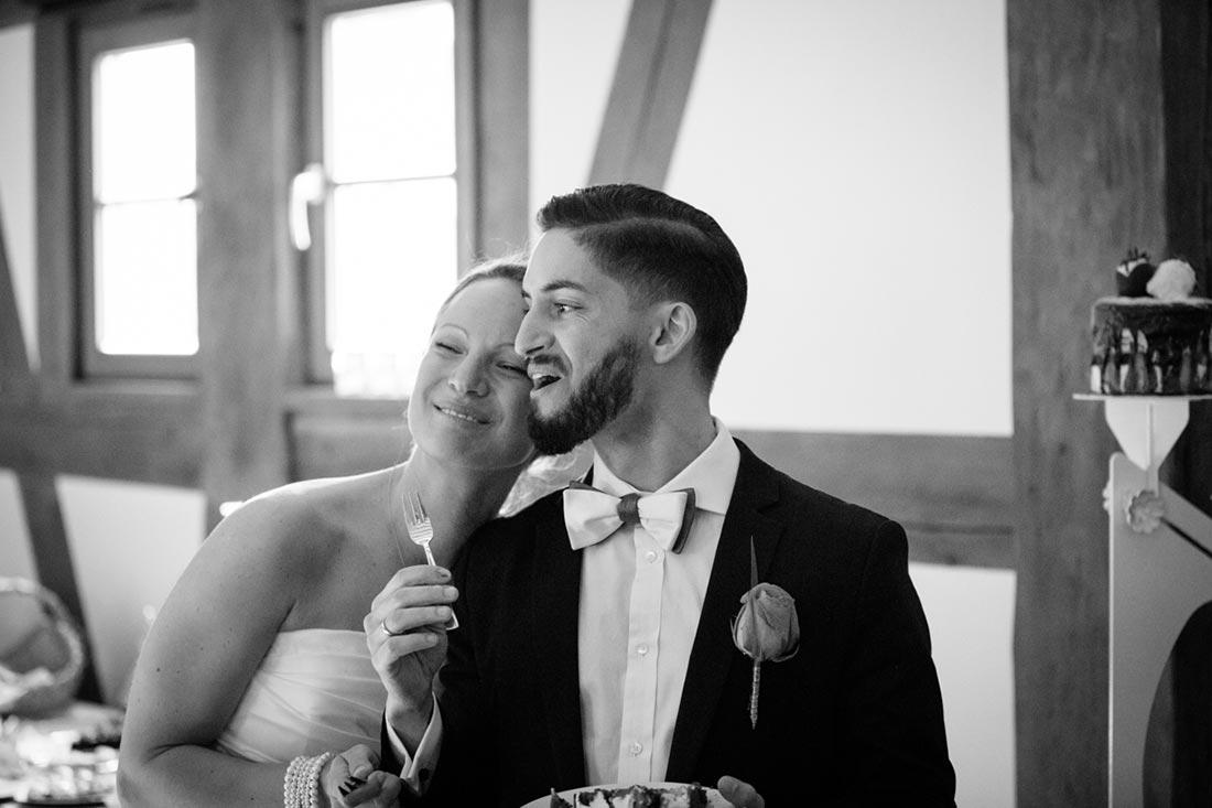 Paar genießt die Hochzeitstorte