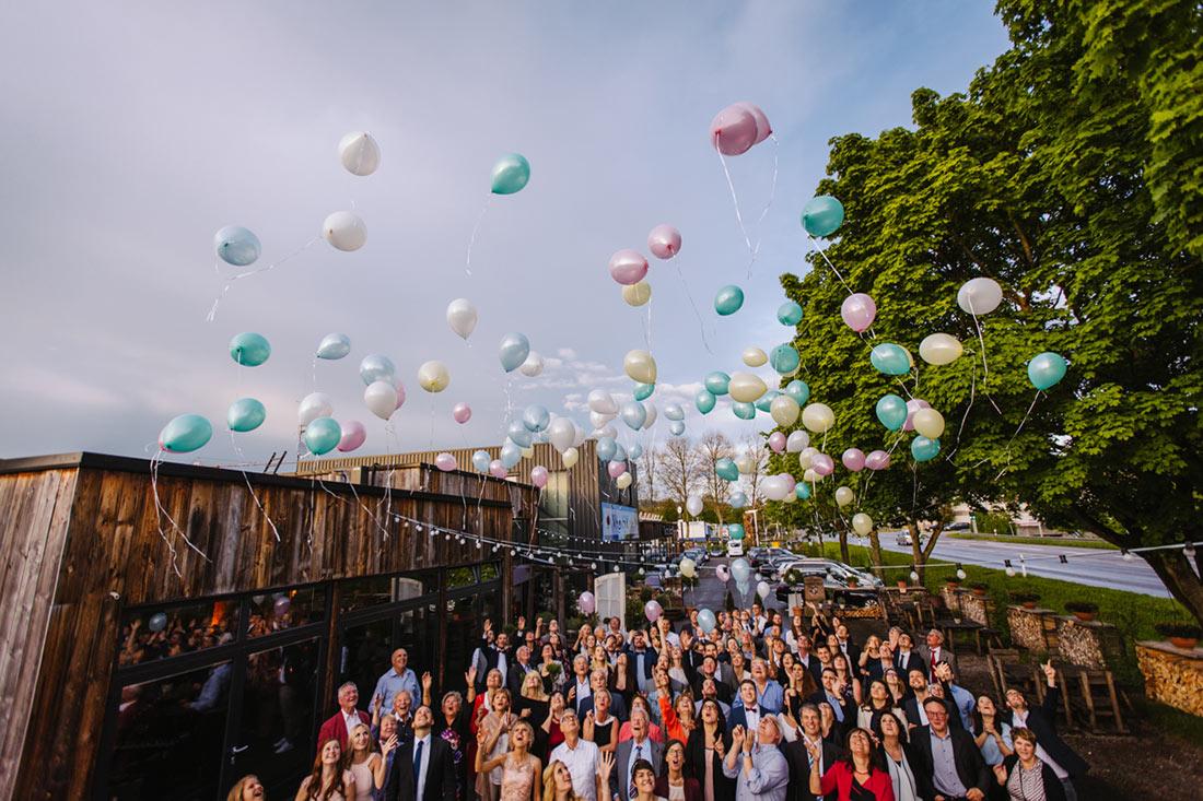 Die Hochzeitsgesellschaft lässt Luftballon fliegen