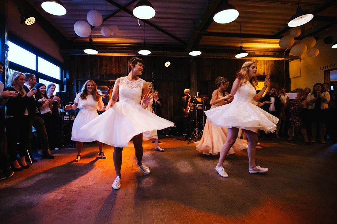 Die Trauzeugen tanzen mit