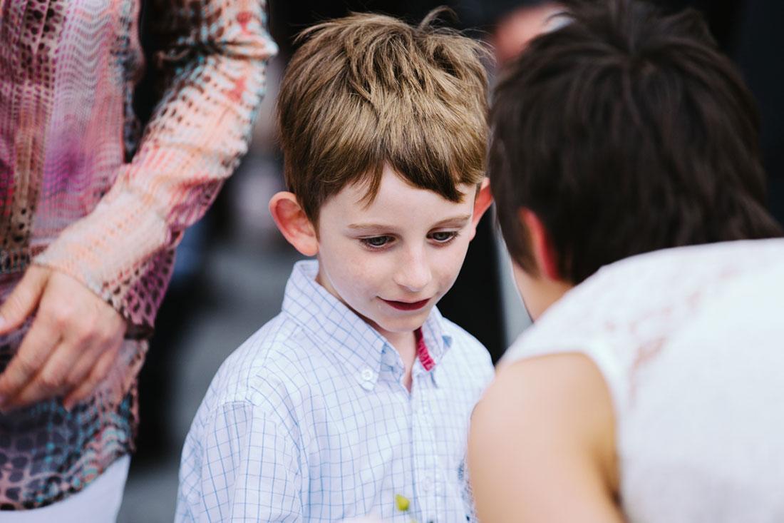 Ein Junge gratuliert dem Paar