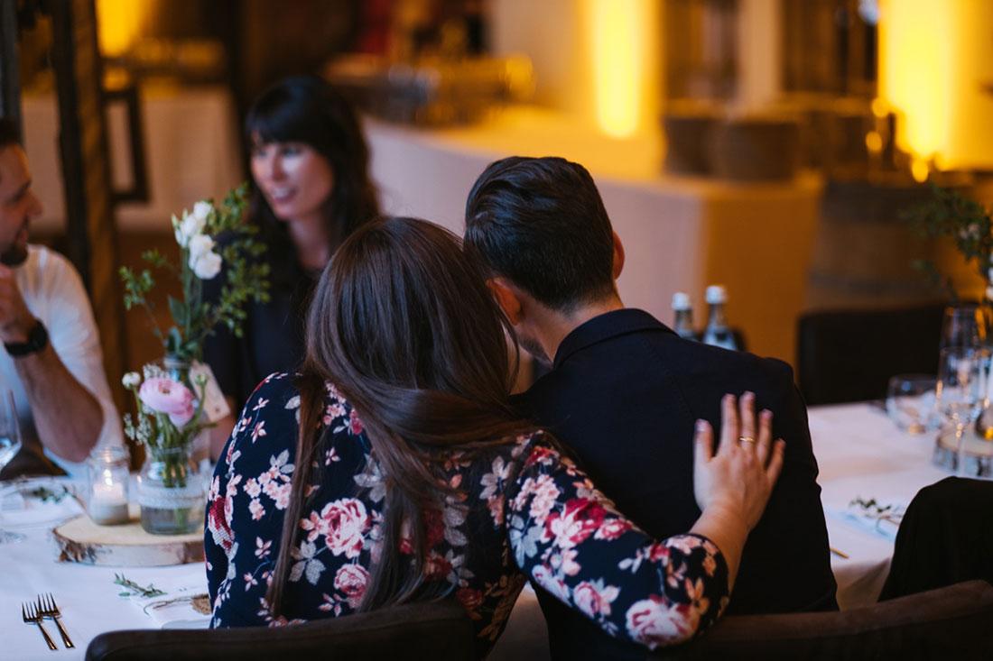 Ein Paar sitzt am Tisch