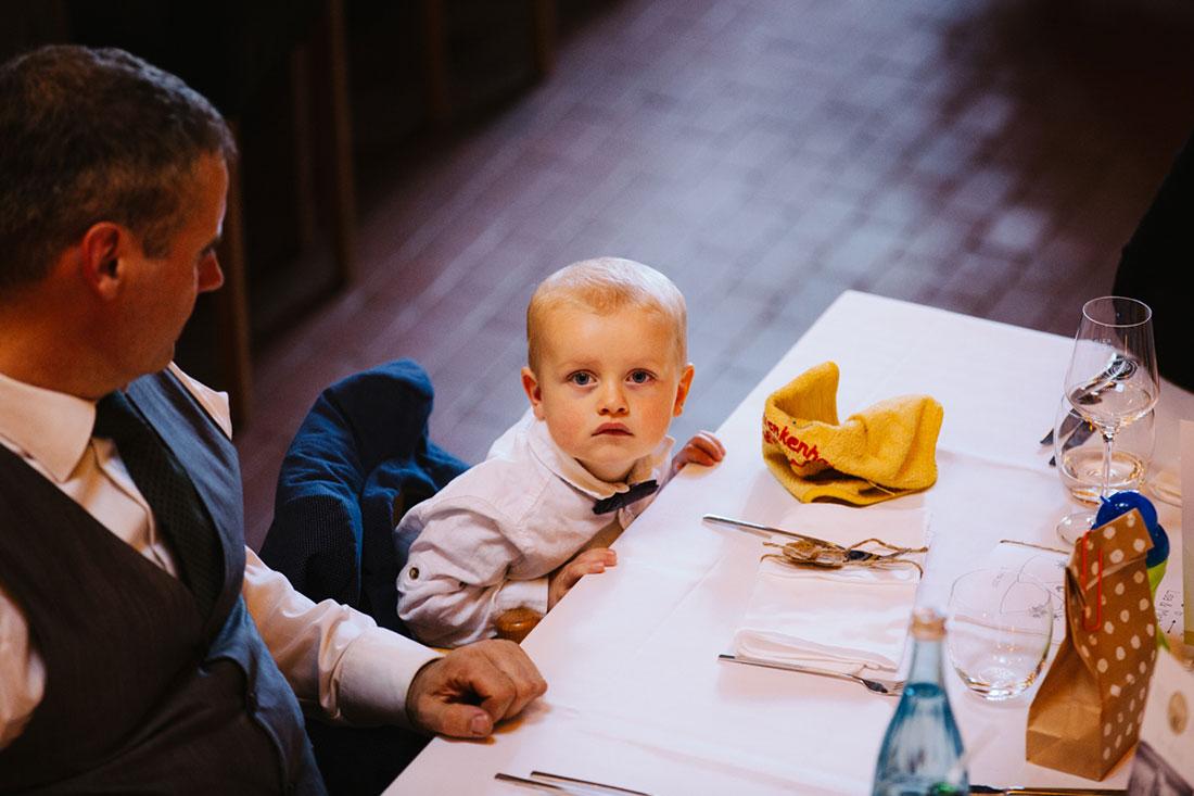 Ein kleiner Junge schaut in die Kamera