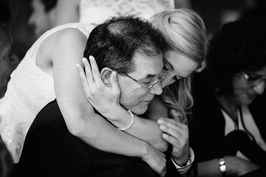 Braut umarmt ihren Vater