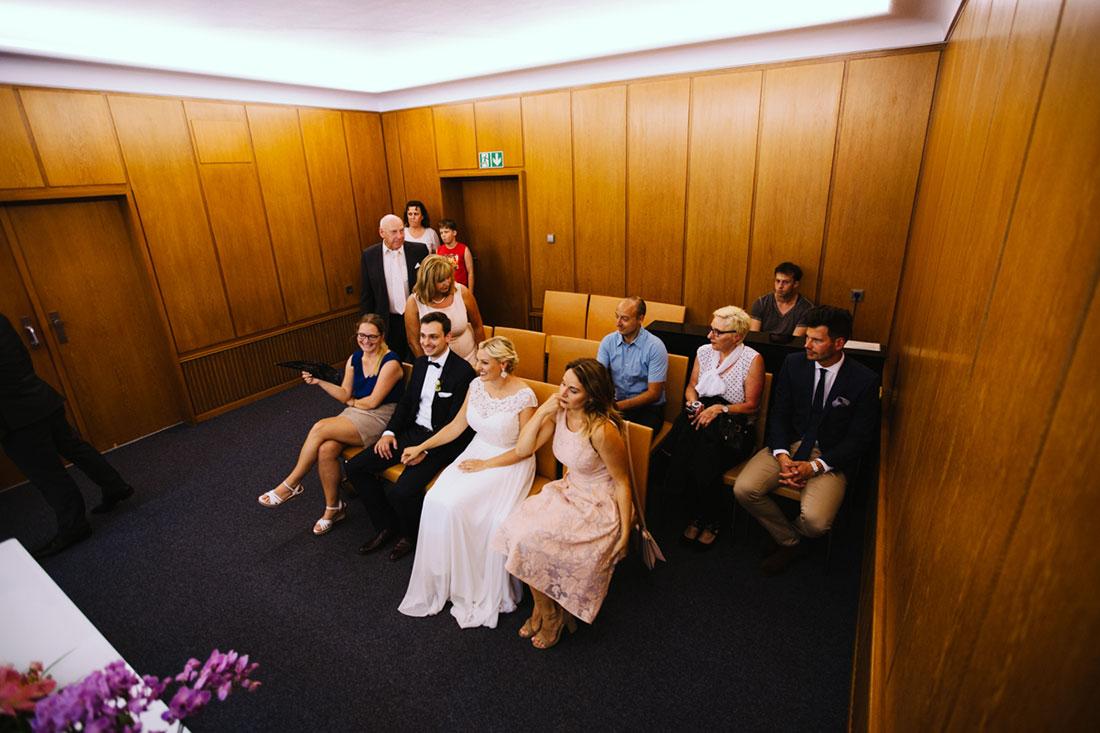 Die Hochzeitsgesellschaft nimmt Platz