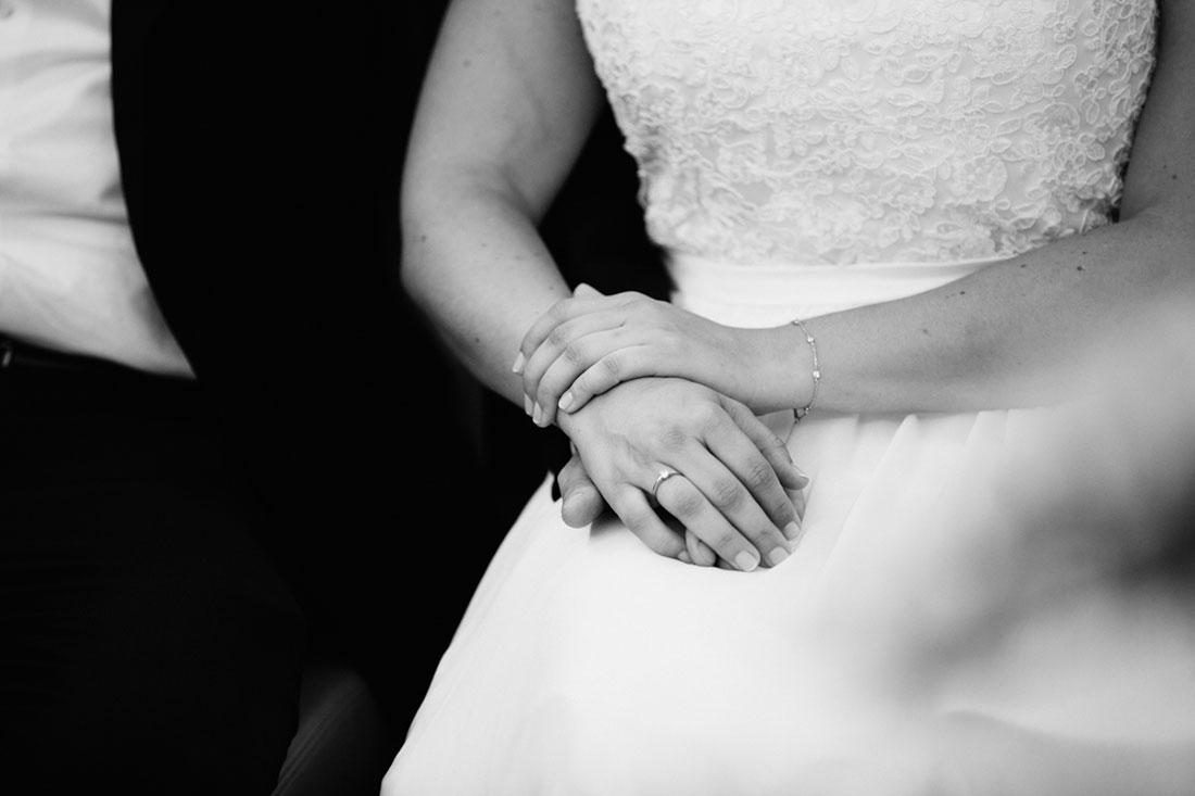 Brautpaar hält Hände