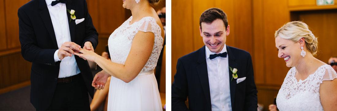 Lachendes Brautpaar im Standesamt