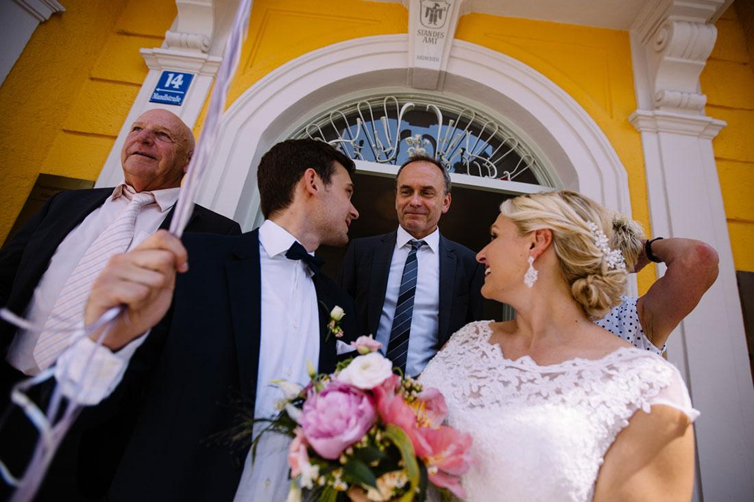 Gast und das Paar vor dem Standesamt