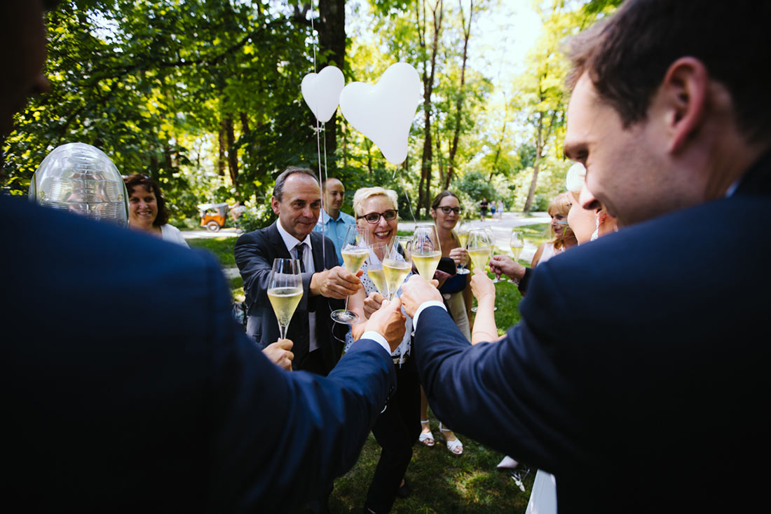 Die Gäste stoßen mit dem Paar an