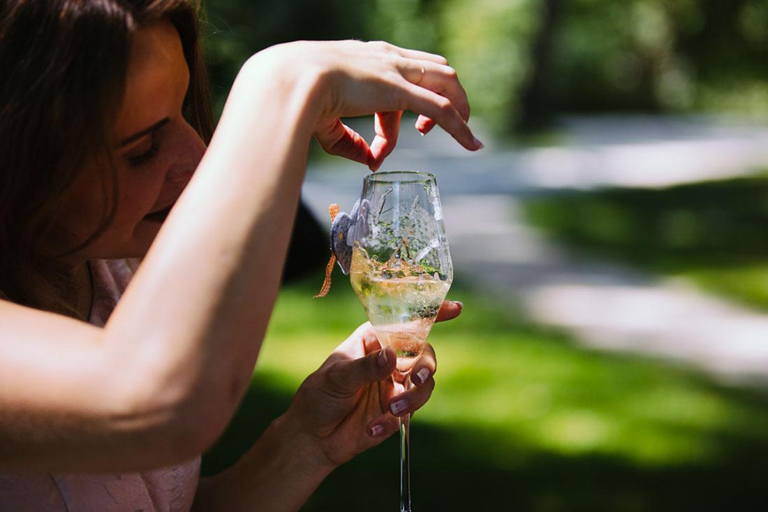 Ein Eiswürfel fällt ins Glas