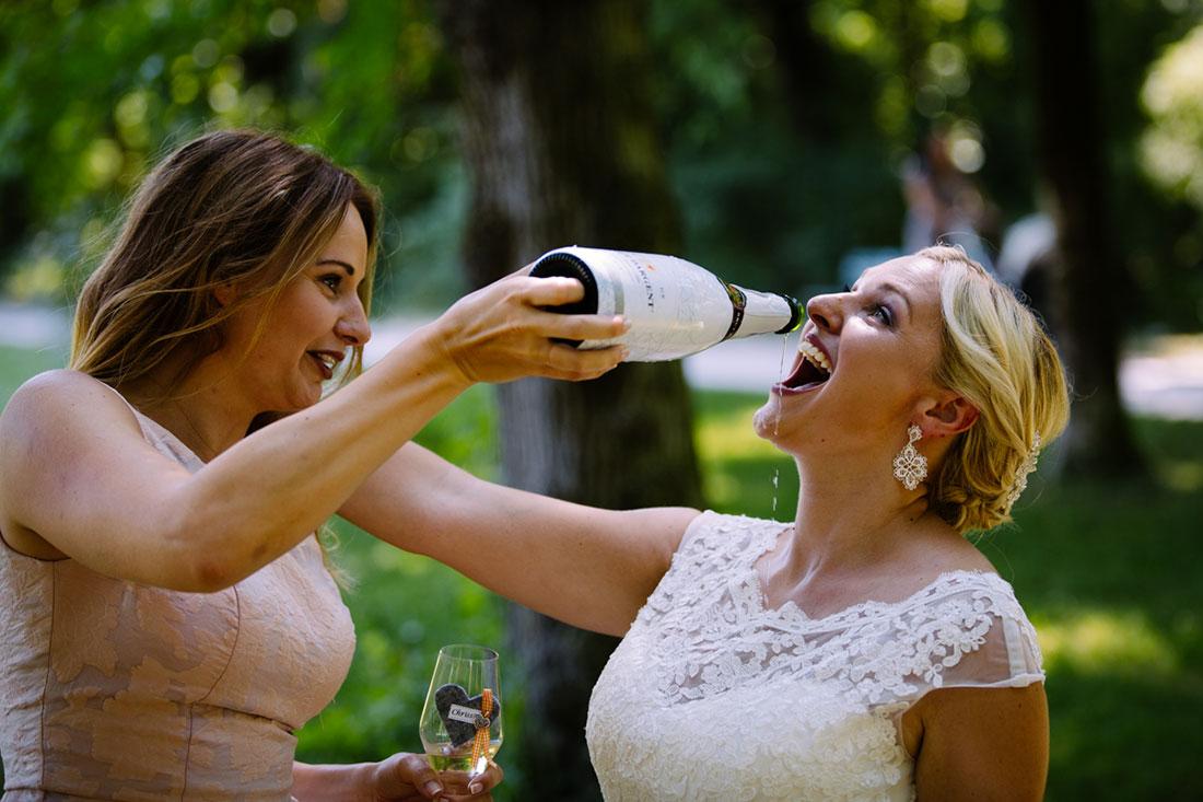 Die Braut trinkt aus der Flasche