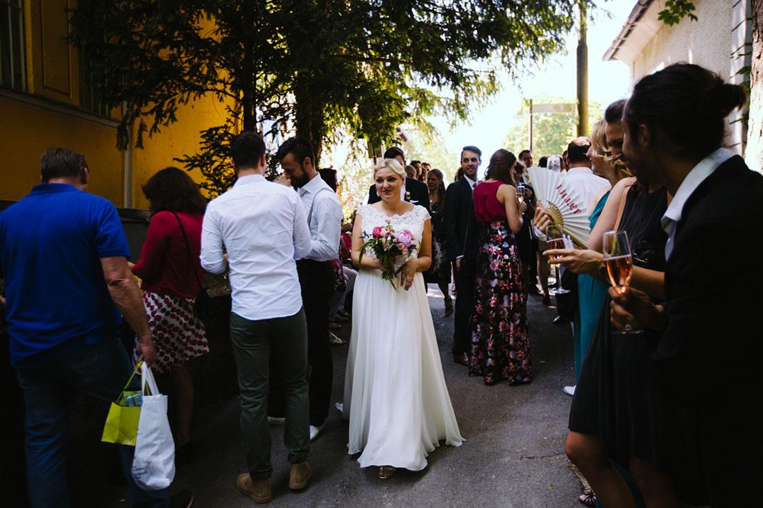 Die Braut läuft durch Menschenmenge