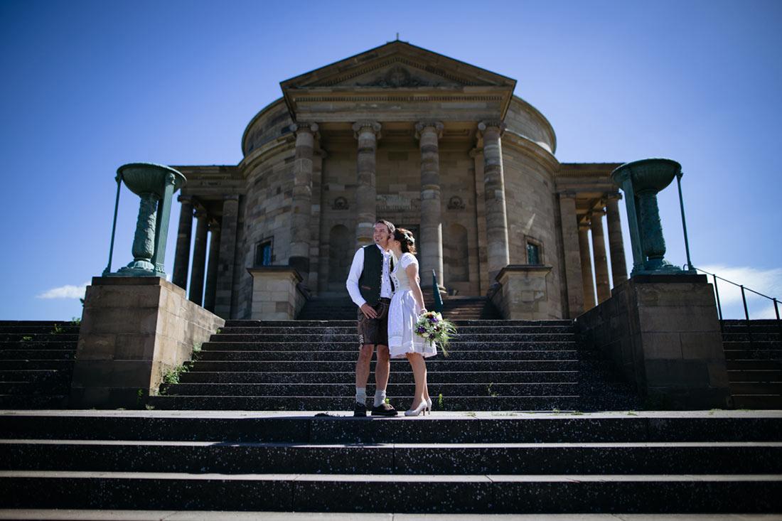 Paar vor der Grabkapelle in Stuttgart