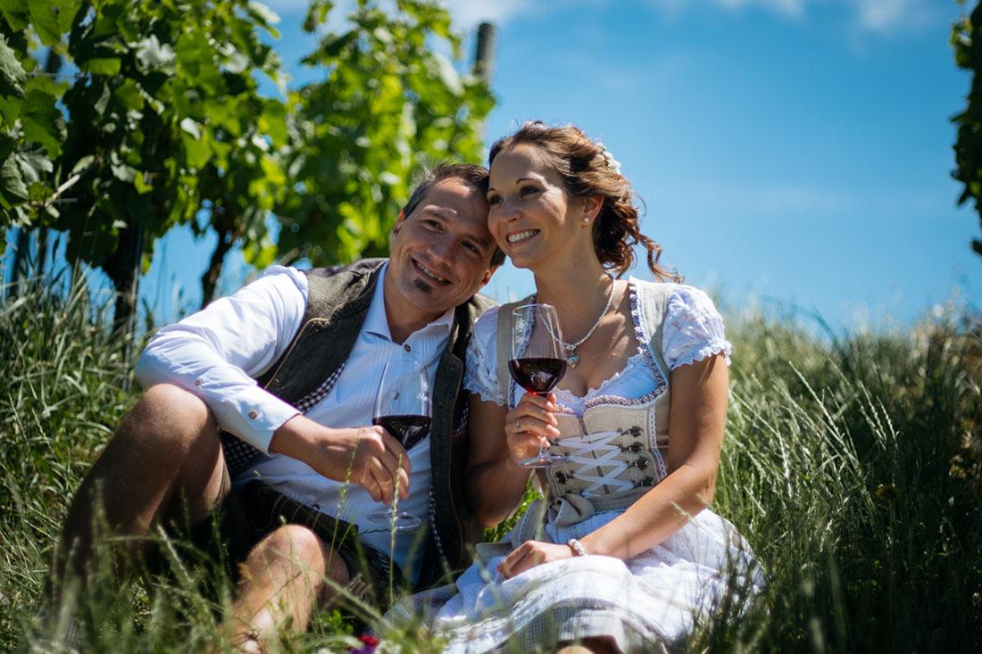 Paar in Tracht trink Wein