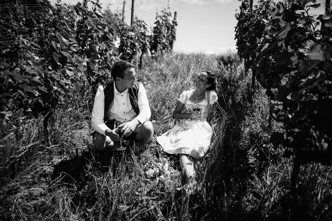 Das Paar genießt das Wetter auf dem Rotenberg