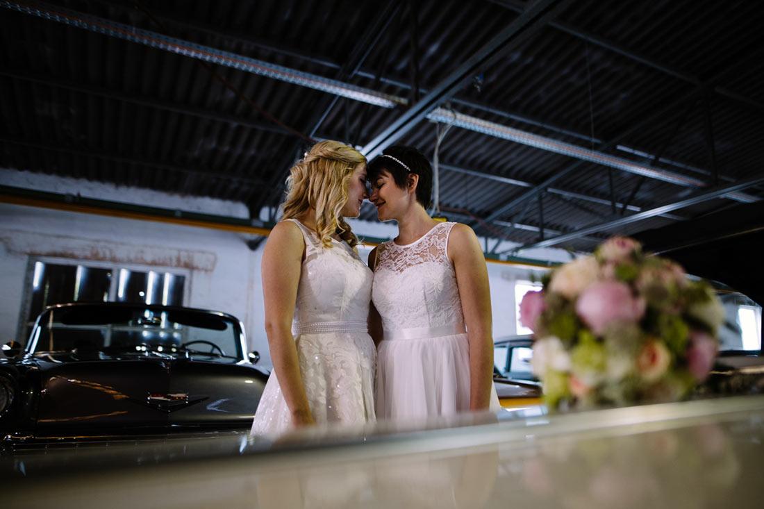 Hochzeitsfoto mit Oldtimer in einer Halle