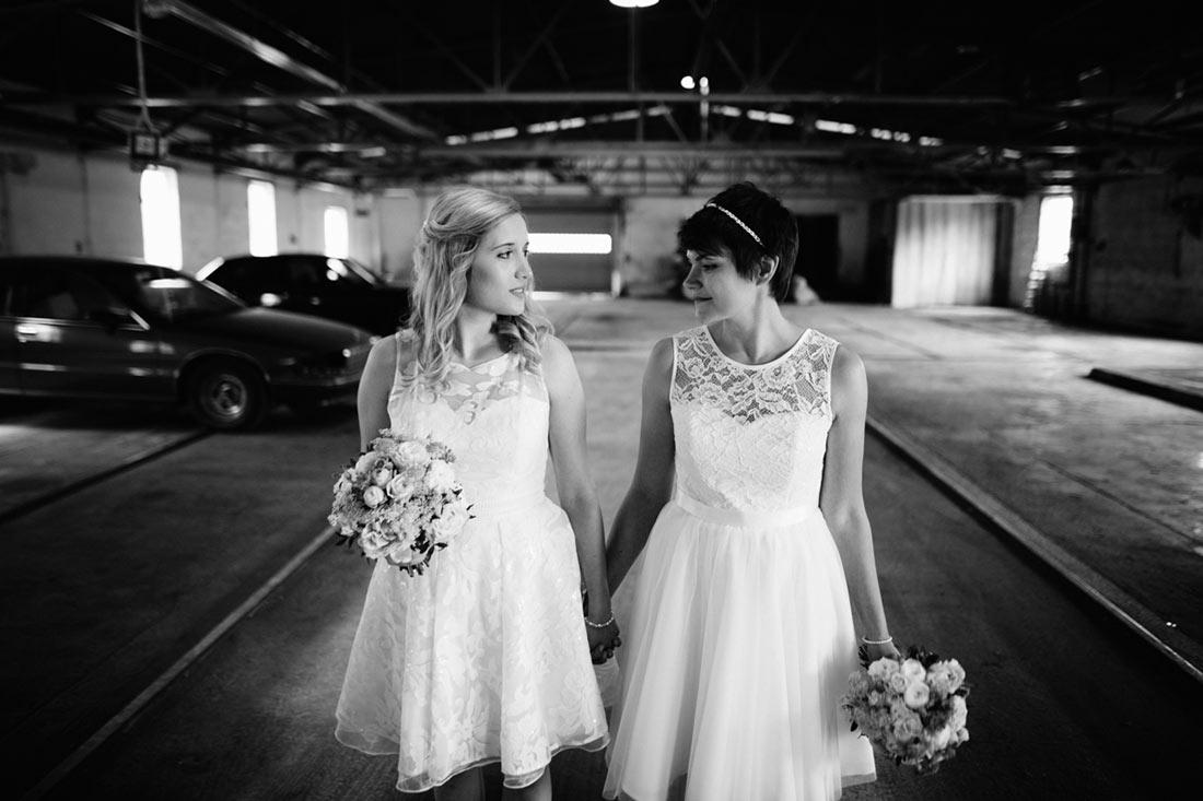 Hochzeitspaar läuft durch die Halle