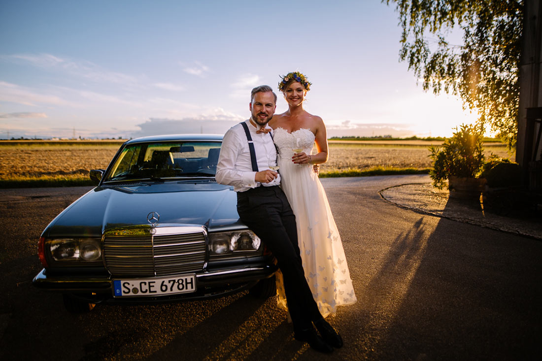 Sonnenuntergang mit Hochzeitsauto