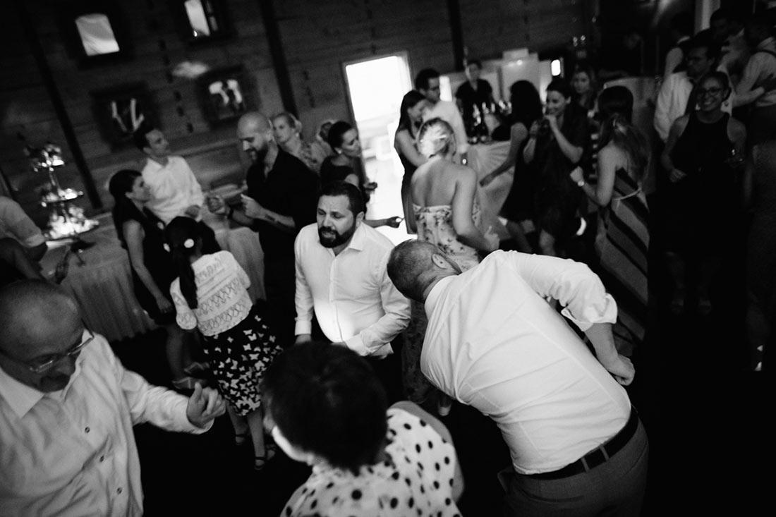 Tanzende Gäste schwarzweiss