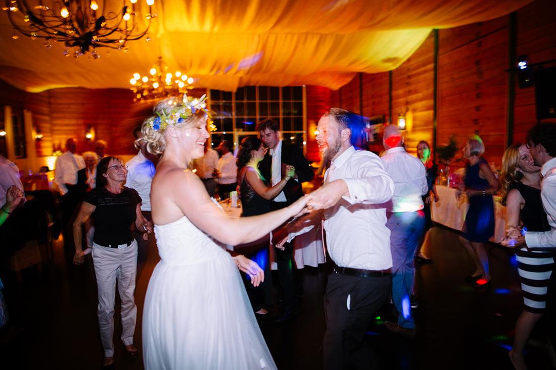 Die Brau tanzt mit einem Gast