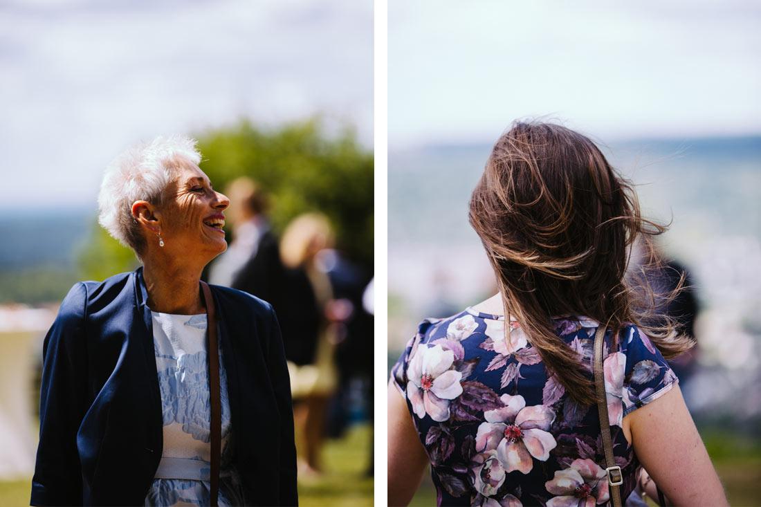 Lachender Hochzeitsgast und Wind im Haar