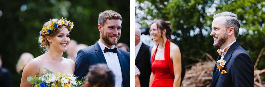 Braut und Bräutigam sehen sich an