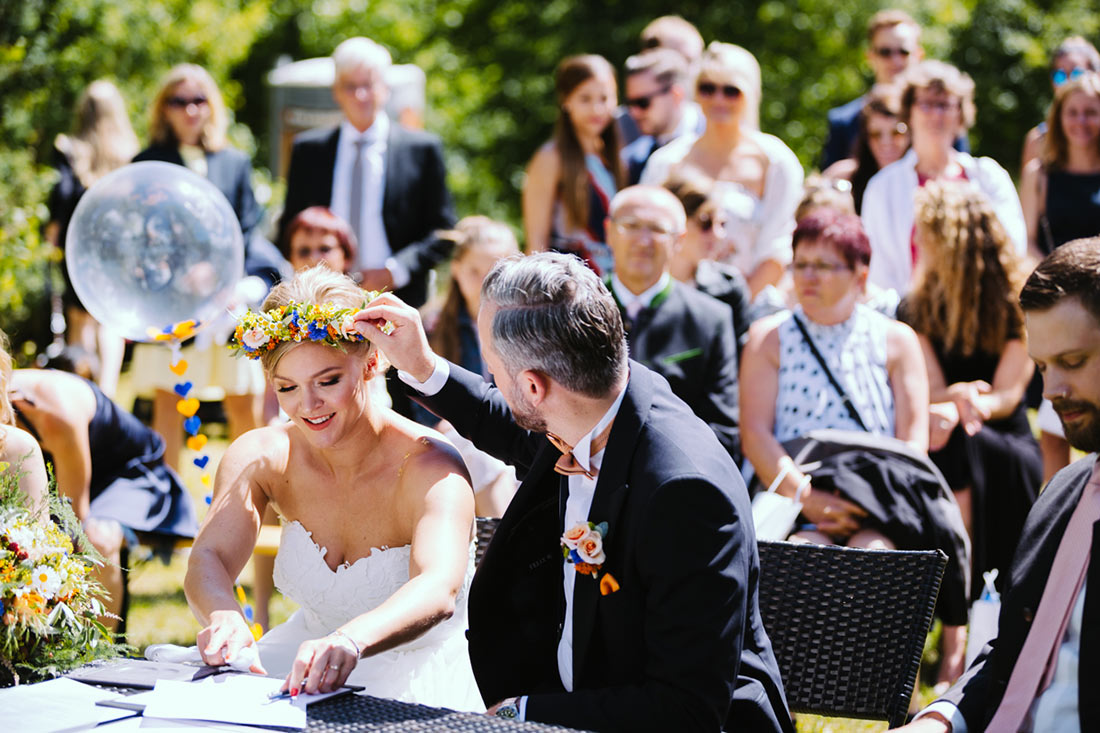Der Bräutigam kümmert sich um den Blumenschmuck