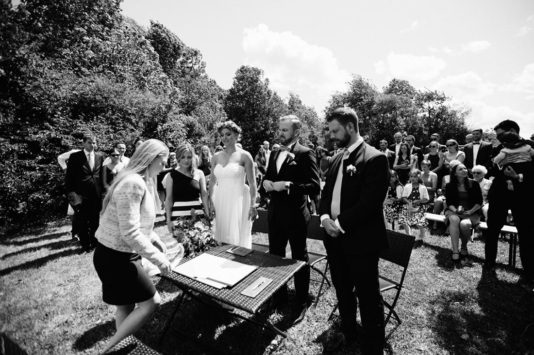 Die Hochzeitsgesellschaft erhebt sich