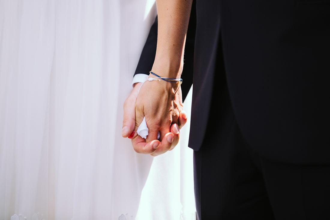 Das Paar hält Hände inklusive Taschentuch
