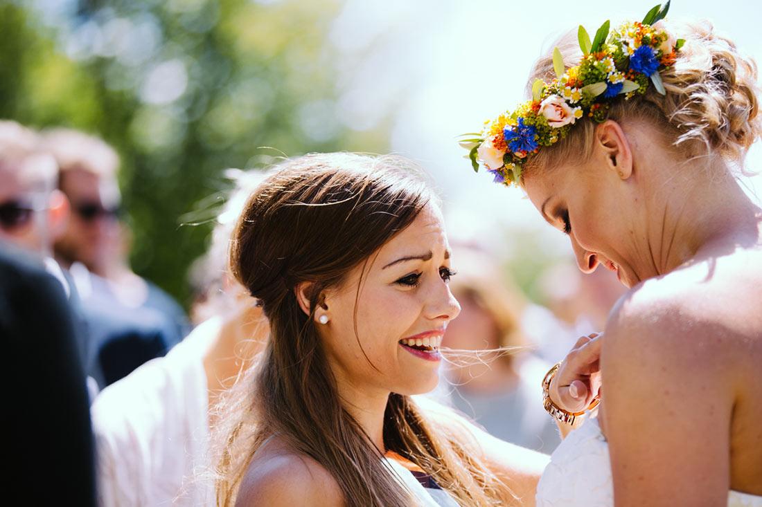 Eine Freundin bestaunt die Braut