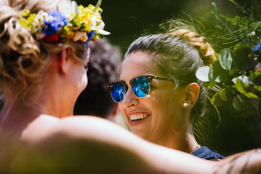 Hochzeitsgast mit blauer Sonnenbrille