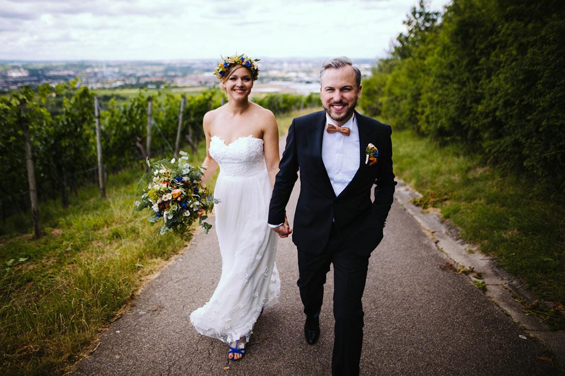 Hochzeitspaar läuft zusammen
