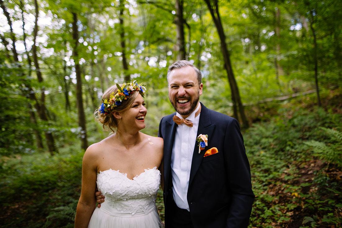 Lachendes Paar im Wald