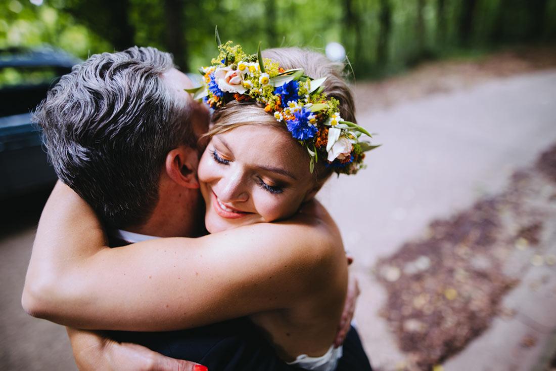 Die Braut umarmt ihren Mann
