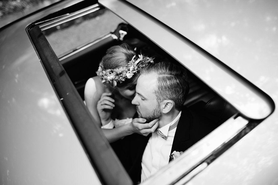 Brautpaar durch das Schiebedach fotografiert