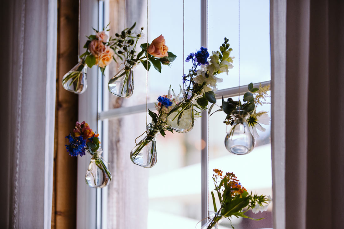 Blumendeko in den Fenstern