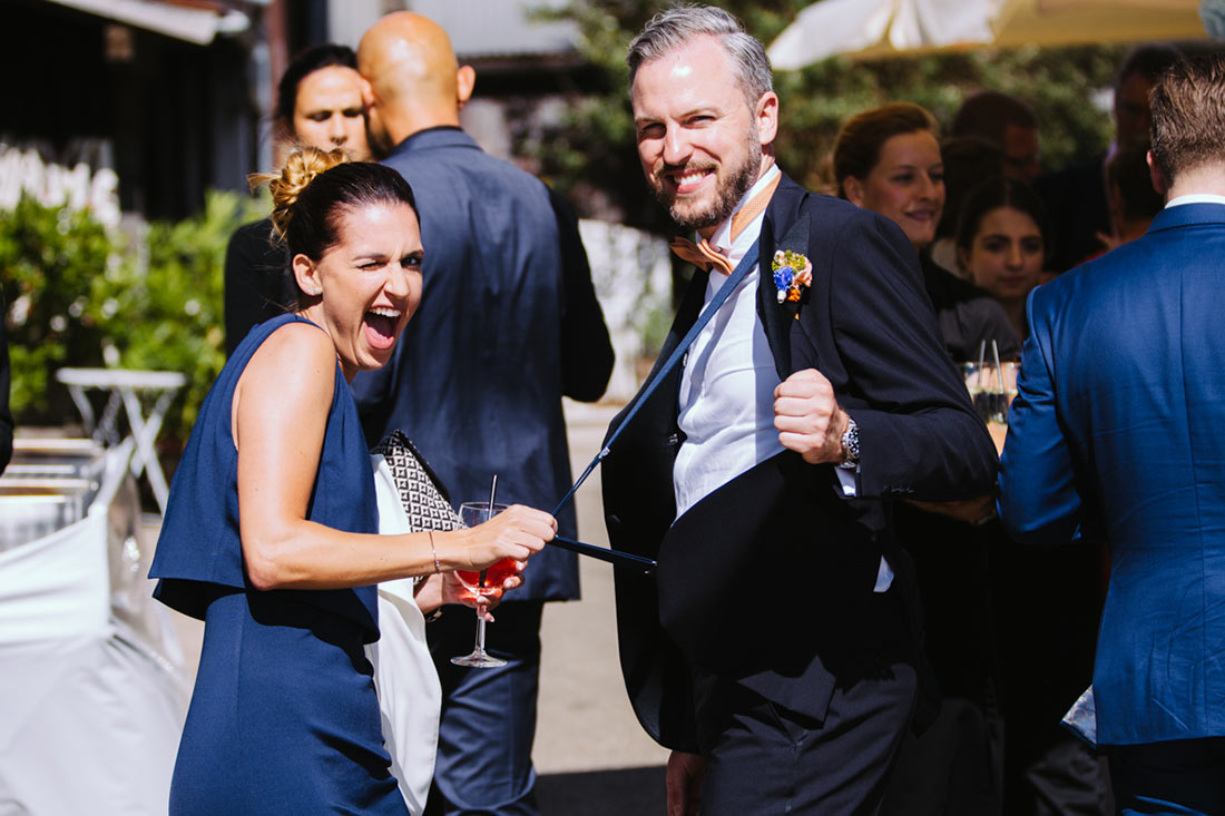 Gast zieht Bräutigam an den Hosenträgern