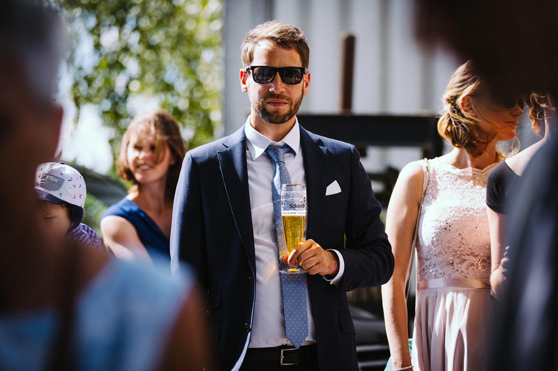 Hochzeitsgast mit Bier