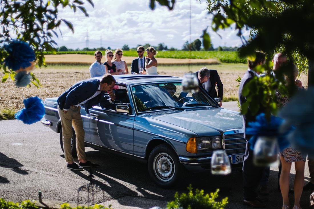 Das Hochzeitsauto wird begutachtet