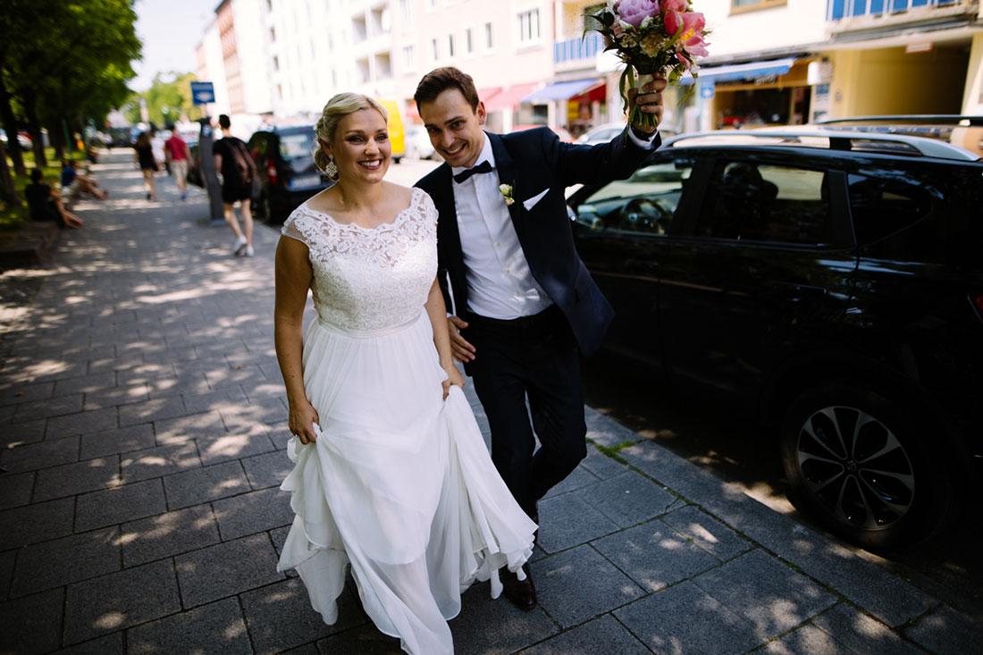 Paar läuft durch die Straßen von München