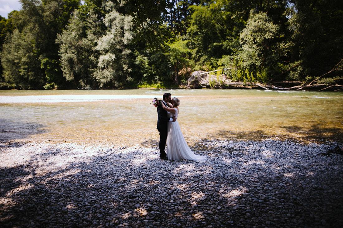 Hochzeitspaar küsst sich in München