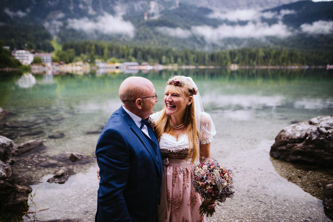 Hochzeitspaar lacht am Eibsee