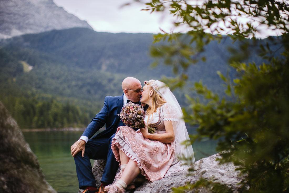 Paar küsst sich auf einem Stein