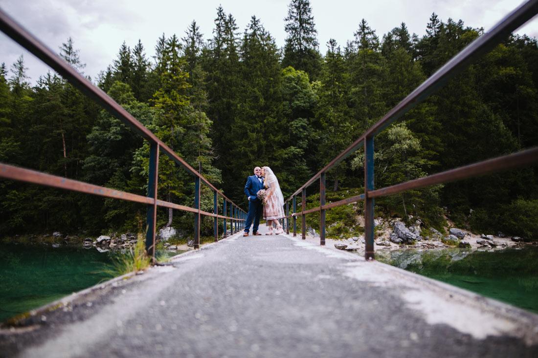Hochzeitspaar auf einer Brücke