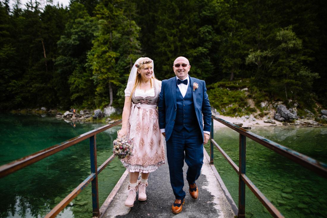 Hochzeitspaar läuft über die Brücke