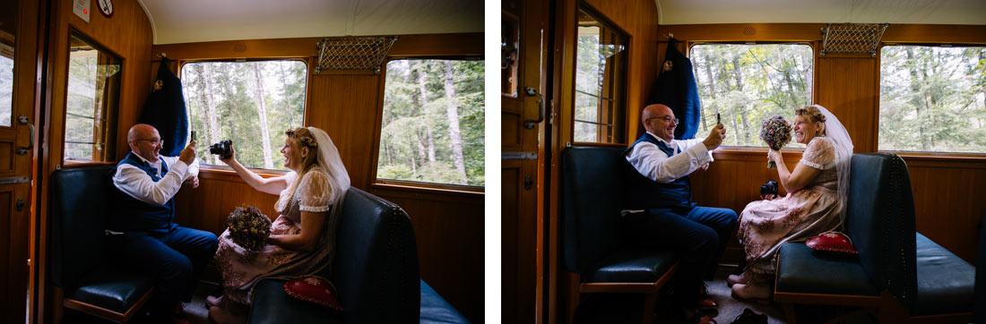 Das Paar fotografiert sich um Zug