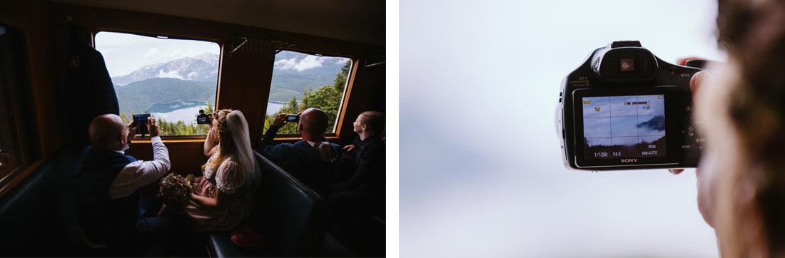 Toursiten fotografieren die Aussicht aus der Bahn