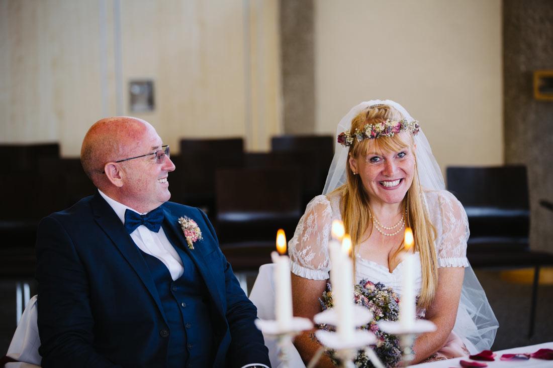 Braut lacht in die Kamera