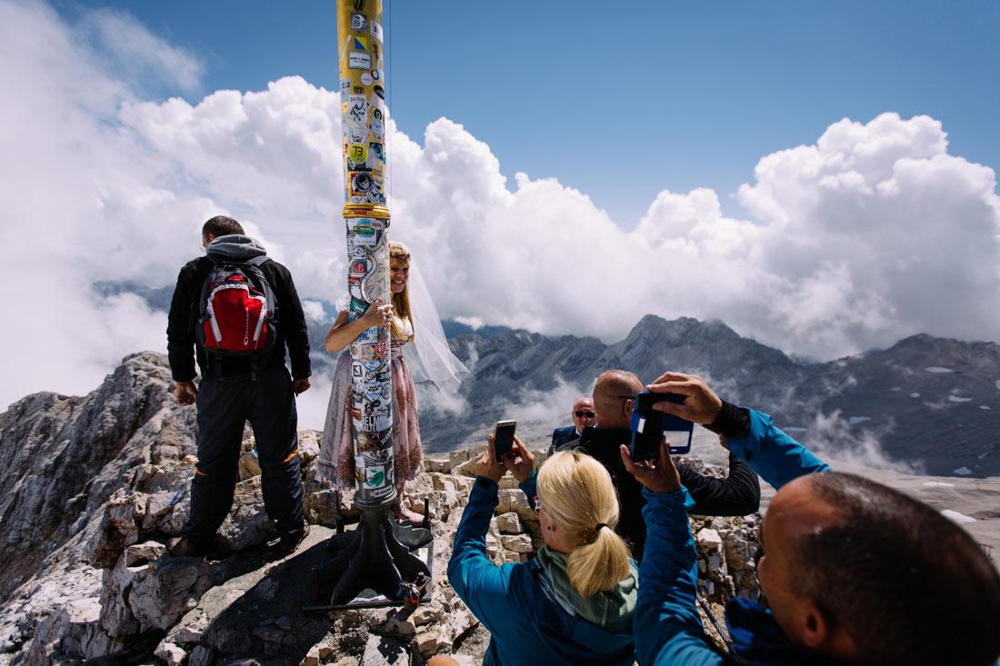 Braut zwischen Torusiten auf dem Gipfel