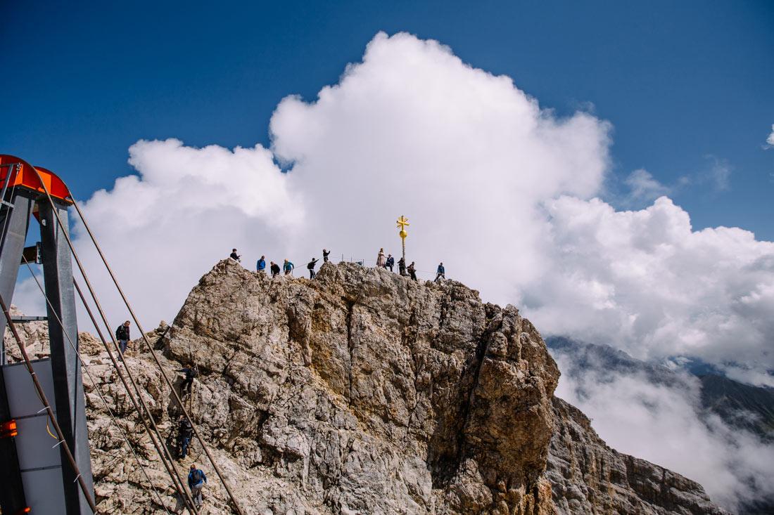 Hochzeitspaar auf dem Gipfel der Zugspitze