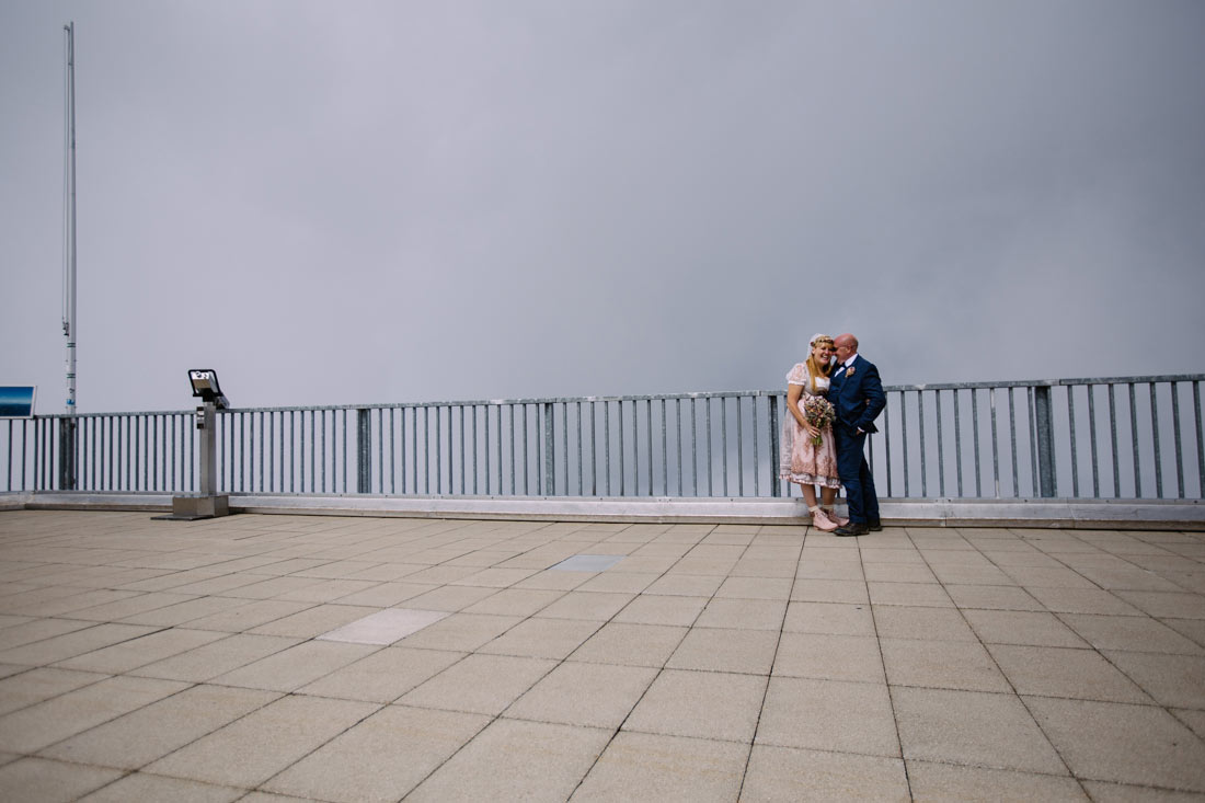 Hochzeitspaar posiert auf der Zugspitze